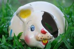 Lapin cassé en céramique dans le jardin Photographie stock