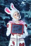 Lapin dans la forêt de neige d'hiver Photo stock