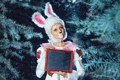 Lapin dans la forêt de neige d'hiver Photos stock