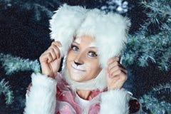 Lapin dans la forêt de neige d'hiver Images stock