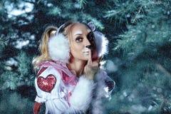 Lapin dans la forêt de neige d'hiver Photos libres de droits