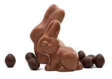 Lapin de chocolat avec des oeufs de chocolat d'isolement Images stock