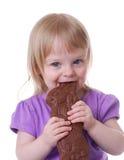 Lapin de chocolat de fixation d'enfant en bas âge Photographie stock