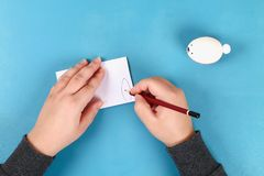 Lapin de Diy des oeufs de pâques sur le fond bleu Idées de cadeau, décor Pâques, ressort handmade images libres de droits