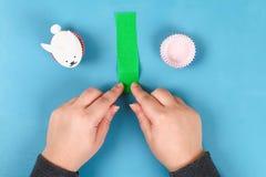 Lapin de Diy des oeufs de pâques sur le fond bleu Idées de cadeau, décor Pâques, ressort handmade photos stock