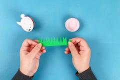 Lapin de Diy des oeufs de pâques sur le fond bleu Idées de cadeau, décor Pâques, ressort handmade photos libres de droits