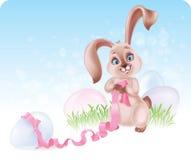 Lapin de Pâques à la chasse à oeufs Photo stock