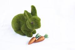 Lapin de Pâques avec des carottes Images stock