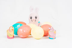 Lapin de Pâques avec des oeufs de pâques Images libres de droits