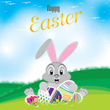 Lapin de Pâques avec l'oeuf coloré Oeufs de pâques sur le pré et un beau ciel Jour heureux de Pâques Image libre de droits