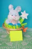 Lapin de Pâques - carte, oeufs dans le panier - photo courante Images libres de droits