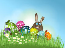 Lapin de Pâques dans l'herbe avec des oeufs Image libre de droits