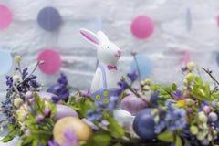 Lapin de Pâques dans la décoration de fête Joyeuses Pâques Photographie stock