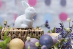 Lapin de Pâques dans la décoration de fête Joyeuses Pâques Copiez l'espace Photographie stock libre de droits