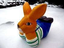 Lapin de Pâques dans la neige avec l'espace de copie pour le texte Joyeuses Pâques Images libres de droits