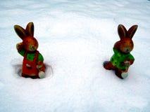 Lapin de Pâques dans la neige avec l'espace de copie pour le texte Joyeuses Pâques Image stock