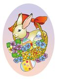 Lapin de Pâques dans un panier Photos stock