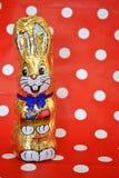 Rétro lapin de Pâques de chocolat avec des points de polka Photo stock