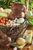 Lapin de Pâques de chocolat dans un panier images libres de droits