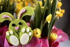 Lapin de Pâques et jonquilles jaunes Photos libres de droits