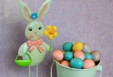 Lapin de Pâques et oeufs de pâques tachetés de sucrerie Images stock