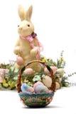 Lapin de Pâques et panier heureux d'oeufs Photos libres de droits