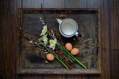 Lapin de Pâques fait à partir de la paille et de l'usine de narcisse dans le pot de fleur sur en bois Photos libres de droits