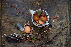 Lapin de Pâques fait à partir de la paille et de l'usine de narcisse dans le pot de fleur sur en bois Image stock