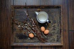 Lapin de Pâques fait à partir de la paille et de l'usine de narcisse dans le pot de fleur sur en bois Photo stock