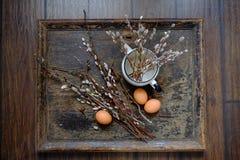 Lapin de Pâques fait à partir de la paille et de l'usine de narcisse dans le pot de fleur sur en bois Image libre de droits