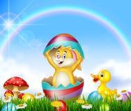 Lapin de Pâques mignon à l'intérieur d'oeuf criqué avec le fond de nature Photo stock