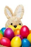 Lapin de Pâques avec les oeufs de pâques colorés Image stock