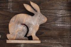 Lapin en bois sur le fond en bois Images libres de droits