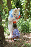 Lapin et enfant de Pâques Photographie stock libre de droits