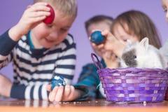 Lapin et enfants de Pâques Image stock