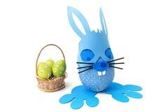 Lapin et panier bleus de Pâques Photos libres de droits