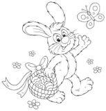 Lapin de Pâques avec un panier des oeufs Photo stock
