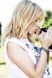 Lapin mignon de baiser d'animal familier de belle femme de cheveux blonds Images stock