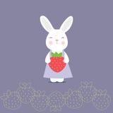 Lapin mignon tenant une fraise Images libres de droits