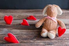 Lapin pelucheux de jouet avec des coeurs de feutre Carte postale au jour du ` s de Valentine Images libres de droits