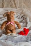 Lapin pelucheux de jouet avec des coeurs de feutre Carte postale au jour du ` s de Valentine Photo libre de droits