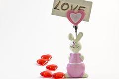 Lapin rose de figurine avec une note d'amour Images libres de droits
