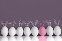 Lapin rose parmi les lapins blancs comme oeufs de pâques Images libres de droits