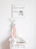 Lapin sur la table de chevet images stock