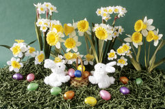 Lapins de Pâques avec les fleurs et le panier photos libres de droits