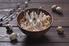Lapins de Pâques dans la cuvette avec la paille Image stock