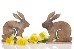 Lapins de Pâques en bois sur le blanc Image libre de droits