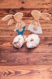 Lapins de Pâques et moutons en bois tous de jouet ensemble Images libres de droits