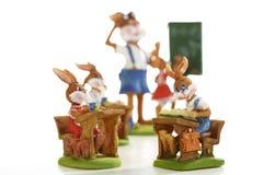 Lapins de Pâques apprenant à l'école Photographie stock