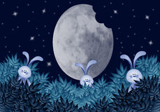 Lapins drôles qui mangent la lune Photos libres de droits